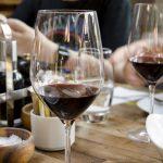 Có nên uống rượu vang buổi sáng?