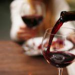Uống rượu vang trước khi đi ngủ và những lợi ích bất ngờ
