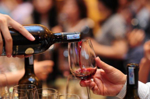 Cách rót rượu vang đỏ chuẩn không cần chỉnh